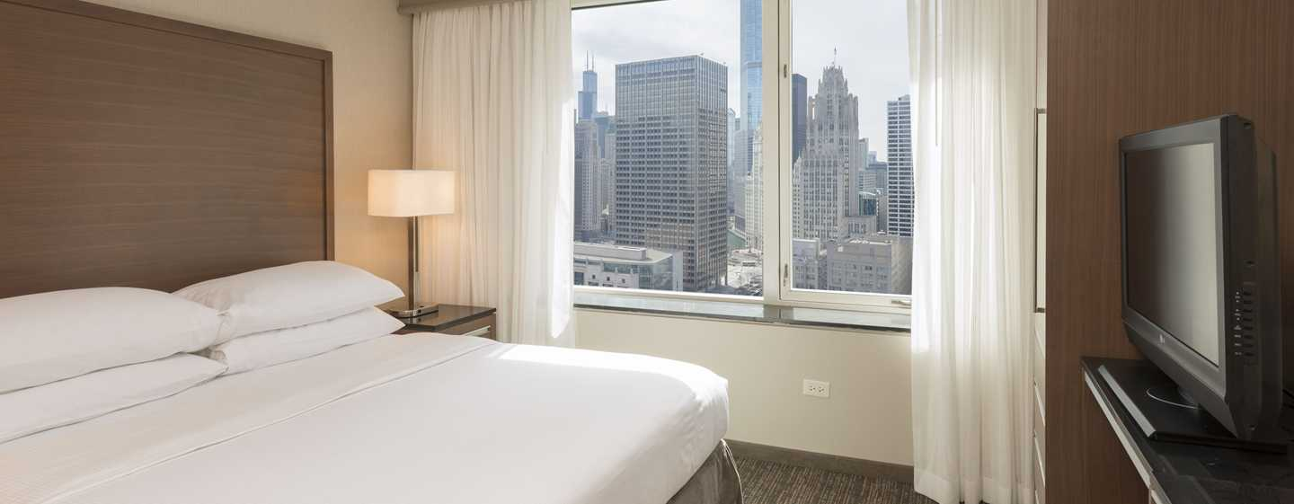 Embassy Suites Chicago Downtown Magnificent Mile Hotel, Illinois, USA – Zimmer mit King-Size-Bett und Stadtblick