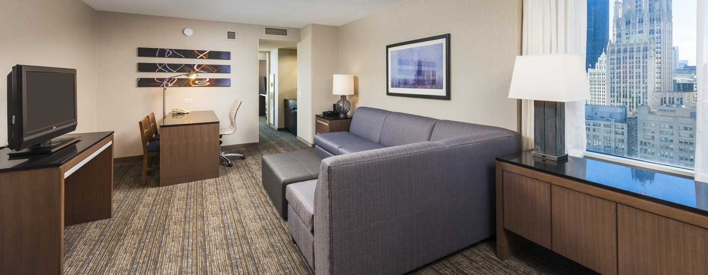 Embassy Suites Chicago Downtown Magnificent Mile Hotel, Illinois, USA – Schlafzimmer des Eckzimmers mit King-Size-Bett