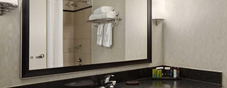 Embassy Suites Chicago Downtown Magnificent Mile Hotel, Illinois, USA– Badezimmer der Nichtrauchersuite mit einem King-Size-Bett