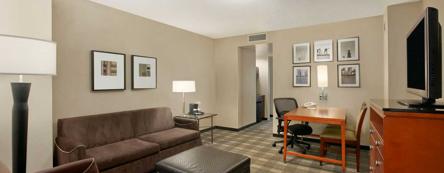 Embassy Suites Chicago Downtown Magnificent Mile Hotel, Illinois, USA – Wohnbereich der Eck-Suite mit einem King-Size-Bett