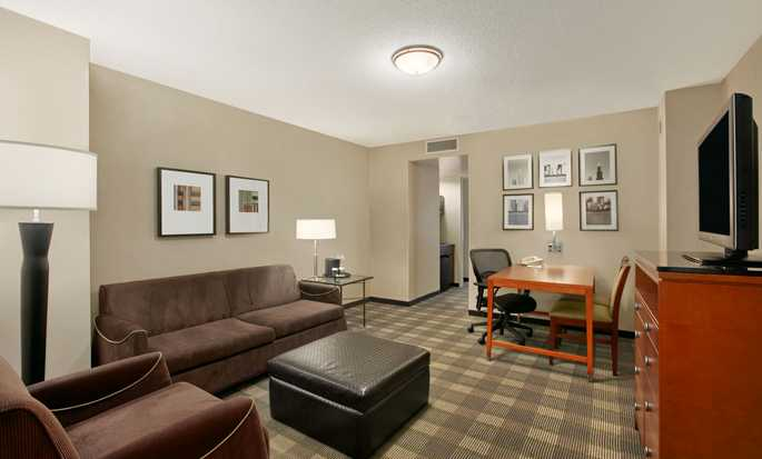 Embassy Suites Chicago Downtown Magnificent Mile Hotel, Illinois, USA – Wohnzimmer der Nichtrauchersuite mit einem King-Size-Bett