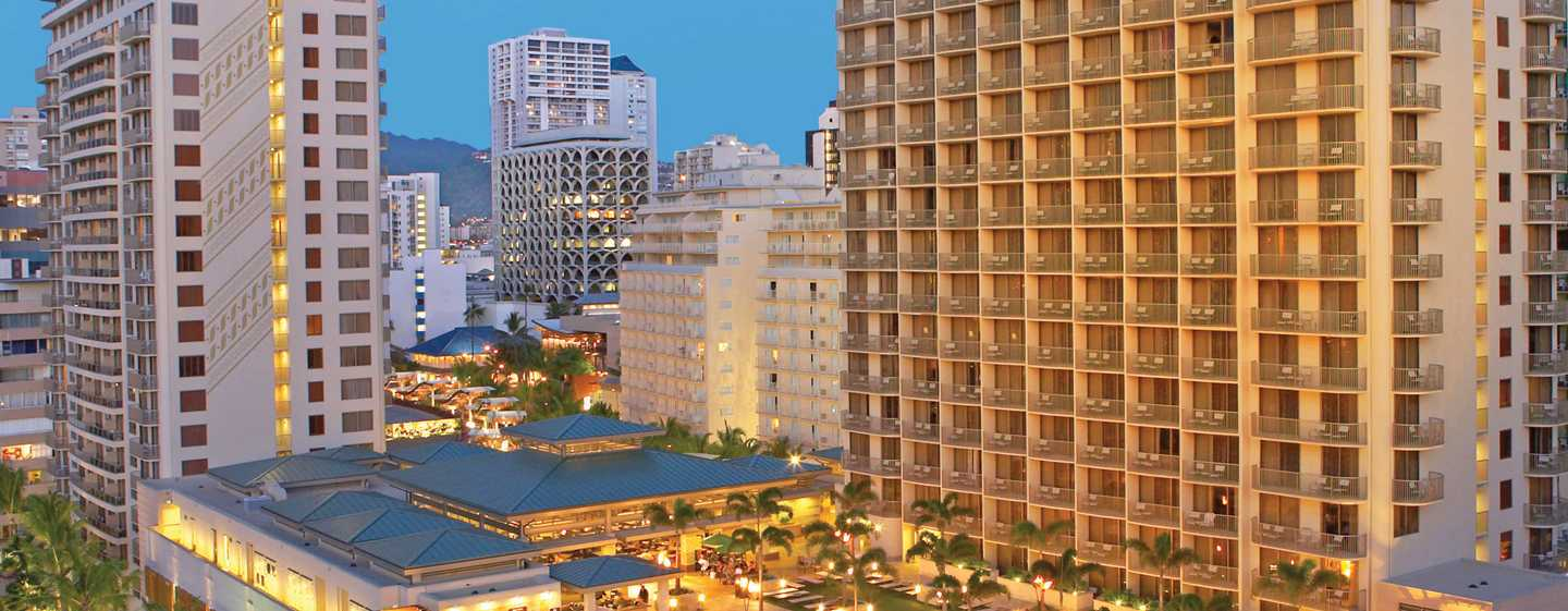 Embassy Suites Waikiki Beach Walk, Hawaii, United States of America - Exterior à noite