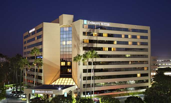 Hotel Embassy Suites Irvine - Orange County Airport, California - Fachada del hotel al atardecer