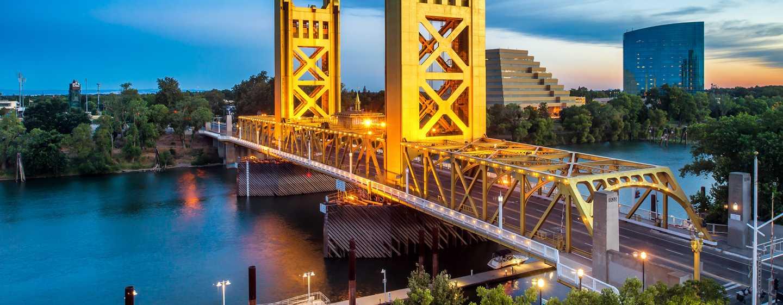 Embassy Suites by Hilton Sacramento Riverfront Promenade, EE. UU. - Fachada del hotel y puente Tower Bridge