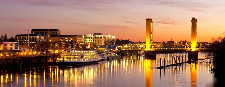 Embassy Suites by Hilton Sacramento Riverfront Promenade, USA – Außenansicht des Hotels in der Abenddämmerung