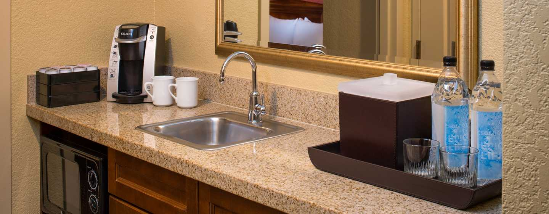 Embassy Suites by Hilton Sacramento Riverfront Promenade, USA – Küchenzeile in der Suite