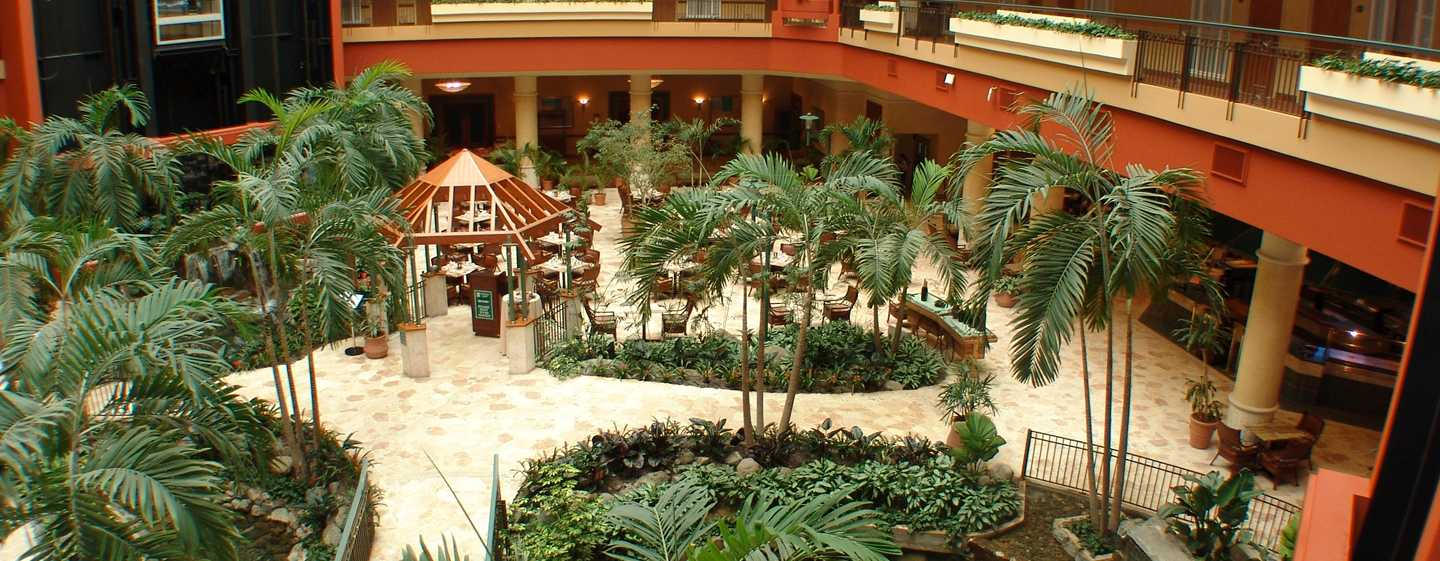 Embassy Suites by Hilton San Juan Hotel and Casino, Puerto Rico - Vista del atrio