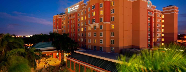Embassy Suites by Hilton San Juan Hotel and Casino, Puerto Rico - Vista nocturna de la fachada del hotel