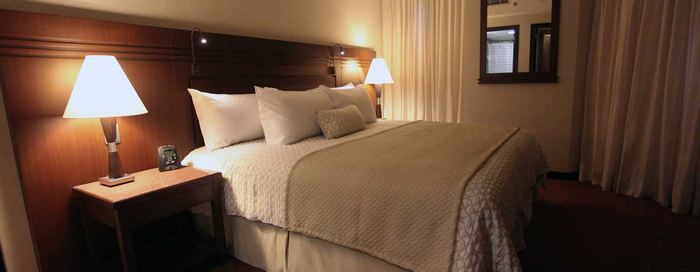 Hotel Embassy Suites by Hilton Valencia-Downtown, Venezuela - Dormitorio de la suite con cama King