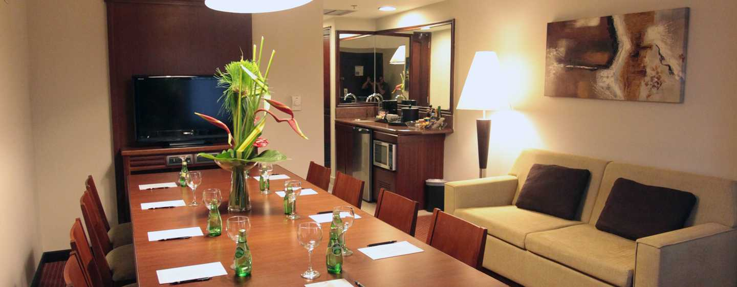 Hotel Embassy Suites by Hilton Valencia-Downtown, Venezuela - Mesa para reuniones de la suite Meeting