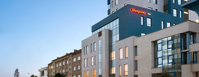 Hampton by Hilton Cluj-Napoca, România – Exteriorul hotelului pe timp de noapte