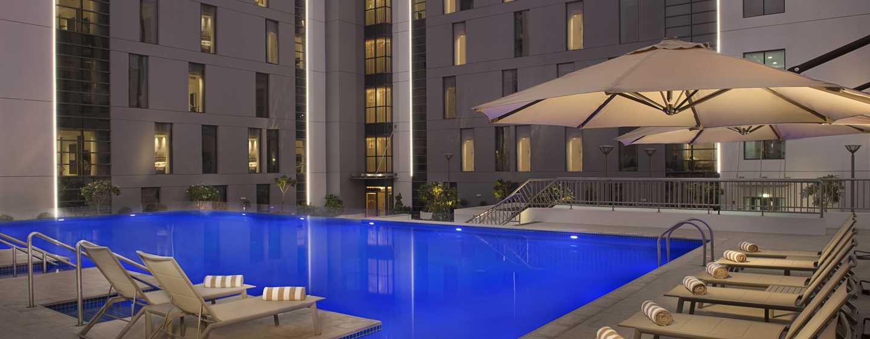 Hampton by Hilton Dubai Airport, VAE– Swimmingpool bei Nacht