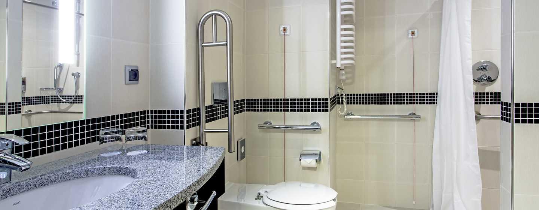 Hotel Hampton by Hilton Gdańsk Airport Hotel, Polska – Łazienka w pokoju z udogodnieniami dla osób niepełnosprawnych