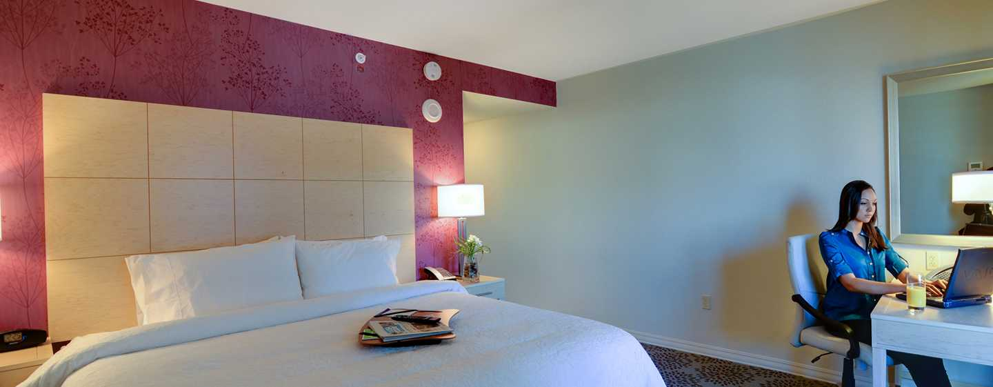 Hampton Inn & Suites Miami/Brickell-Downtown Hotel, FL – Zimmer mit King-Size-Bett