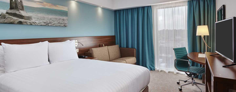 Hotel Hampton by Hilton Poznań Old Town – pokój dla gości zsofą