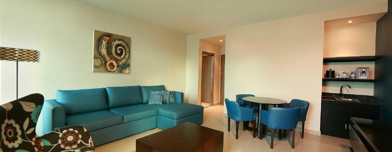 Hotel Hampton by Hilton Panama - Sala de estar de la suite