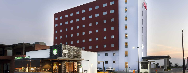 Hotel Hampton Inn & Suites by Hilton Salamanca, Guanajuato, México - Fachada del hotel al atardecer