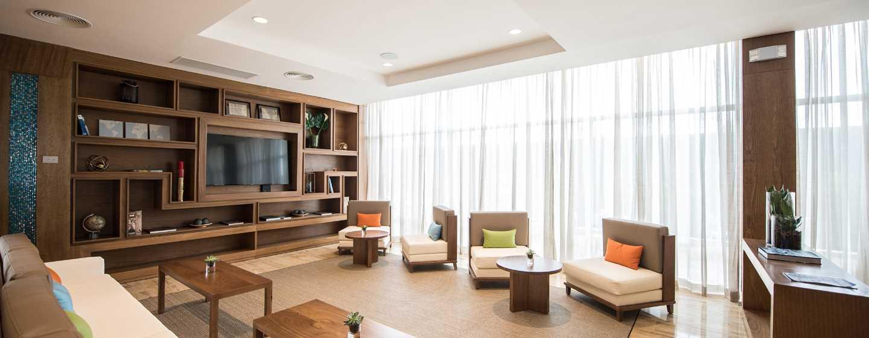 Hotel Hampton by Hilton Santo Domingo Airport, República Dominicana - Vista de los sillones del lobby