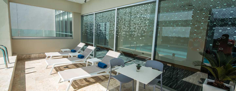 Hotel Hampton by Hilton Santo Domingo Airport, República Dominicana - Sillas de la piscina al aire libre