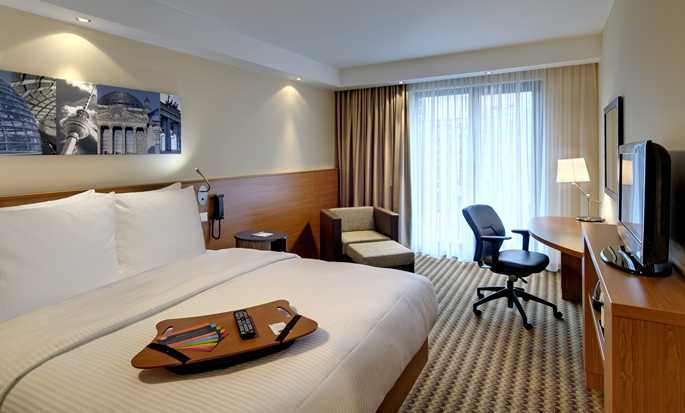 Hampton by Hilton Berlin City West Hotel, Berlin, Deutschland – Gästezimmer mit Queen-Size-Bett