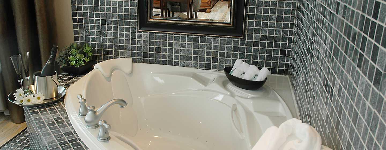 Hôtel Hampton Inn & Suites by Hilton Moncton, Canada - Suite Studio avec très grand lit et bain à remous