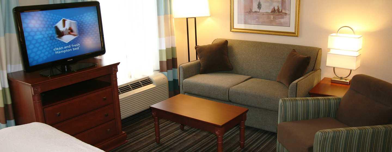 Hôtel Hampton Inn & Suites by Hilton Toronto Airport, Ontario, Canada - Salon d'une suite Studio avec très grand lit