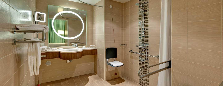 Hotel Hilton Garden Inn Frankfurt Airport, Alemania - Baño accesible para personas con discapacidades