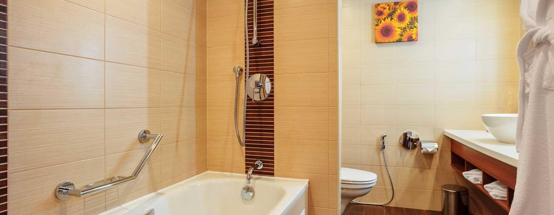 Hotel Hilton Garden Inn Krasnodar, Rosja – Łazienka w pokoju dla gości