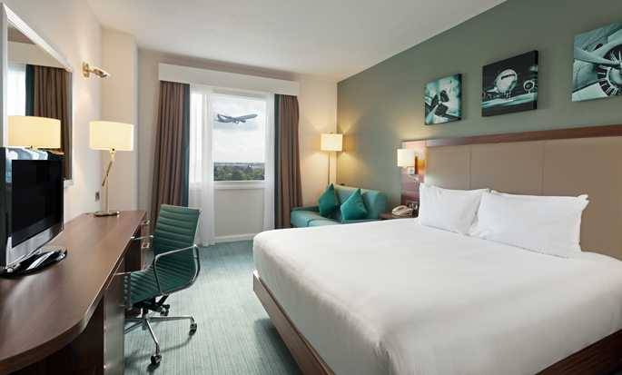 Hilton Garden Inn London Heathrow Airport, GB – Zimmer mit King-Size-Bett und Sofa