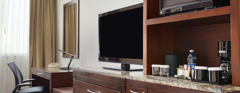 Televisor y cafetera en la habitación