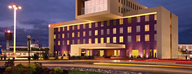 Hotel de aeropuerto Hilton Garden Inn Monterrey, México - Fachada del hotel de noche