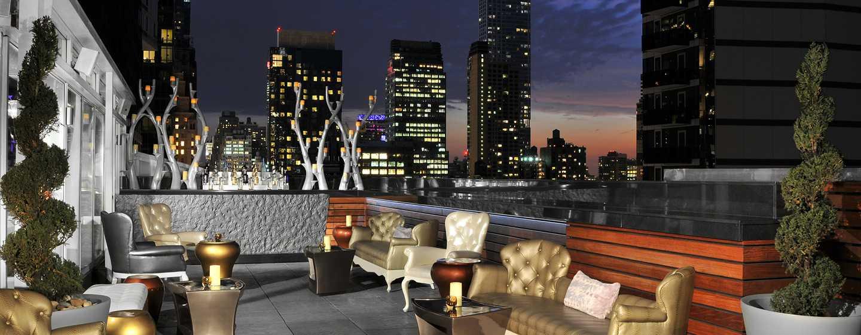 Hilton Garden Inn Times Square Hotel – Attic Lounge auf der Dachterrasse