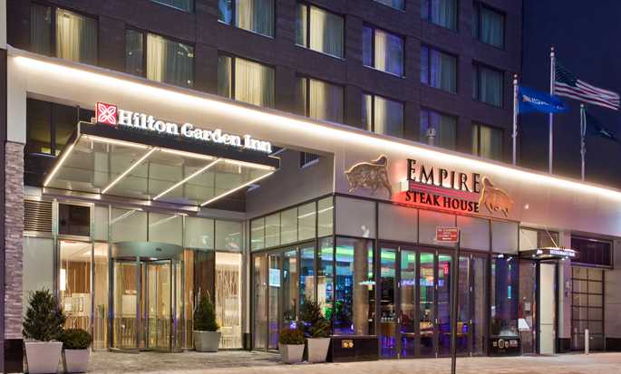 Hilton Garden Inn New York/Central Park South-Midtown West – Hotellets fasad nattetid