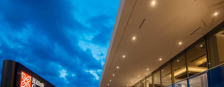 Hotel Hilton Garden Inn Puebla Angelópolis, México - Fachada del hotel al atardecer