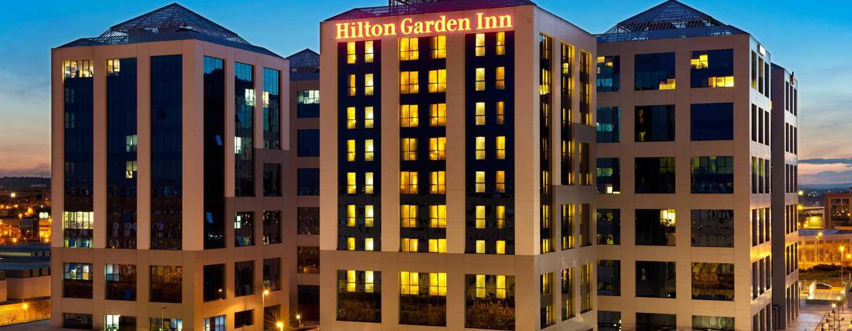Hotel Hilton Garden Inn Sevilla, España - Fachada del hotel al atardecer