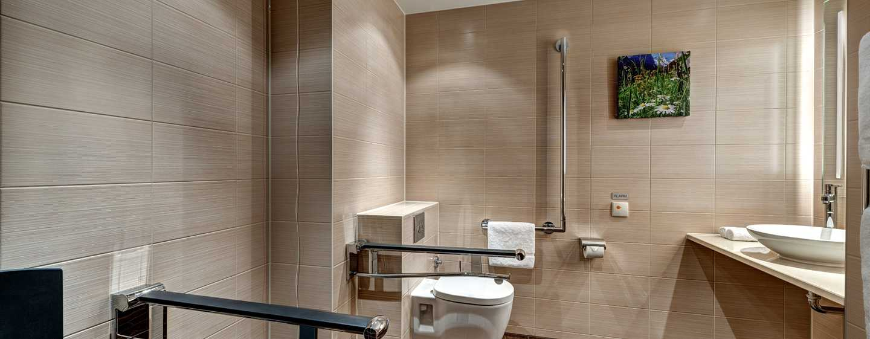 Hilton Garden Inn Davos Hotel, Davos, Schweiz– Badezimmer mit Badewanne