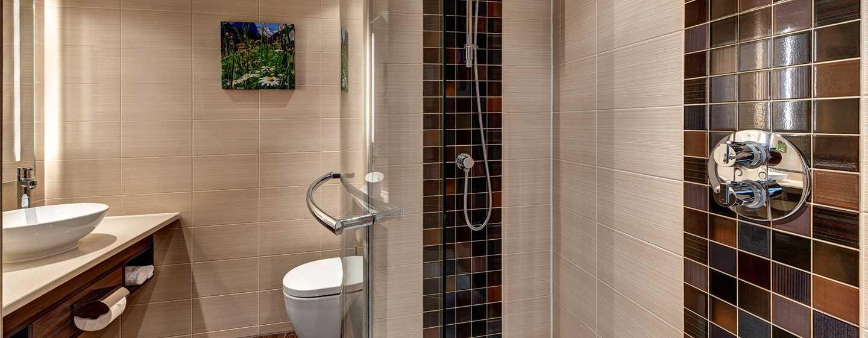 Hilton Garden Inn Davos Hotel, Davos, Schweiz– Badezimmer mit Dusche