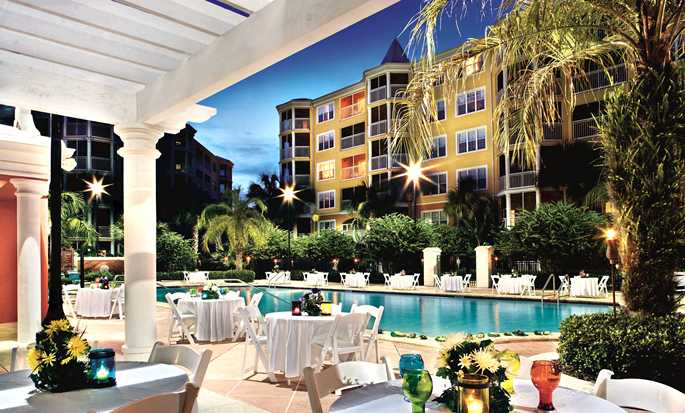 Hilton Grand Vacations at SeaWorld hotel, Orlando - Reception by the pool