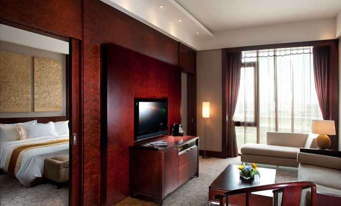 Hilton Beijing Capital Airport, China – Deluxe Suite mit King-Size-Bett