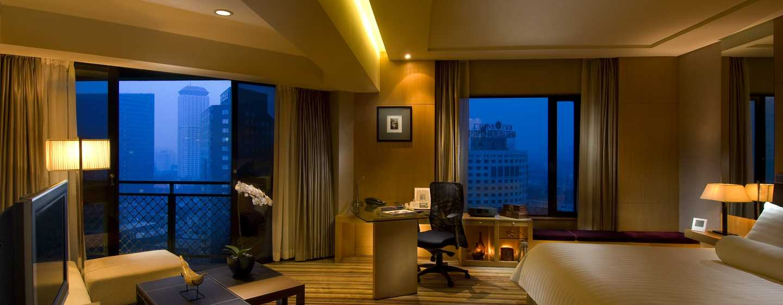 Hilton Beijing, China– Premier Suite mit King-Size-Bett