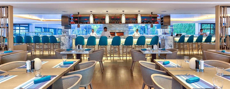 Hotel Hilton Kota Kinabalu, Malaysia - Bar dan Resto Panggang Tepi Kolam Atap