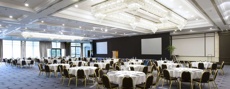 Deze grootse evenementenruimte heeft een prachtige verlichtingsinstallatie met kroonluchters en een bijzonder mooie vloer