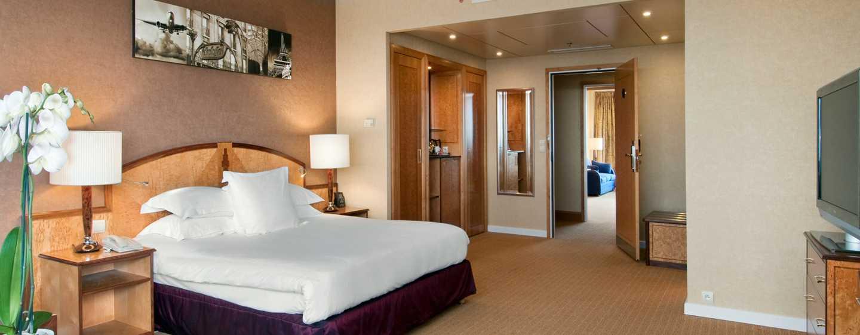 Verblijf tijdens uw bezoek aan de hoofdstad van Frankrijk in deze kamer met kingsize bed, handig bureau en uitzicht op de vliegtuigen bij de landingsbanen