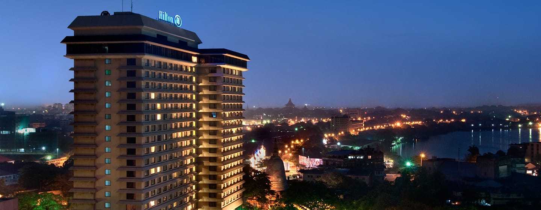 โรงแรม Hilton Colombo ศรีลังกา - ช่วงเวลากลางคืนภายนอกพร้อมแสงไฟในเมือง
