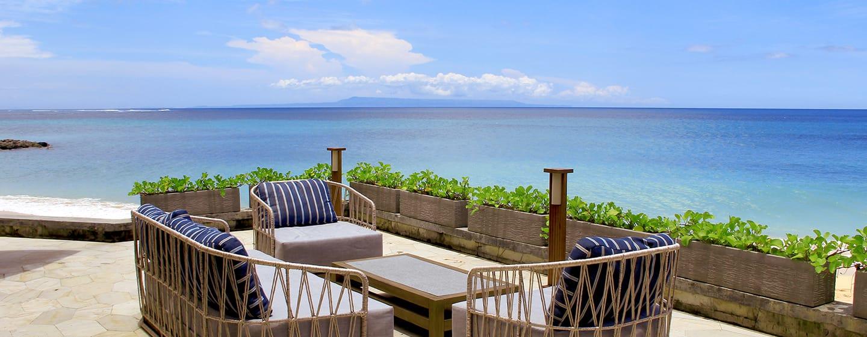 Hilton Bali Resort, Indonesia - area bersantai tepi pantai di The Shore
