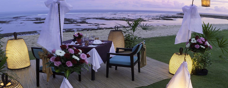 Hilton Bali Resort ประเทศอินโดนีเซีย - อาหารมื้อค่ำแสนโรแมนติกริมหาดทรายอันเงียบสงบ
