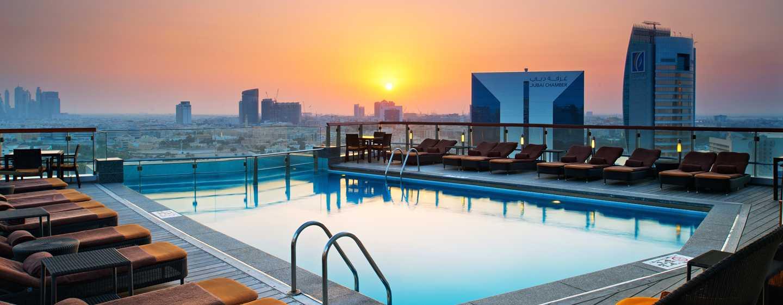 Hilton Dubai Creek Hotel, VAE– Swimmingpool bei Sonnenuntergang
