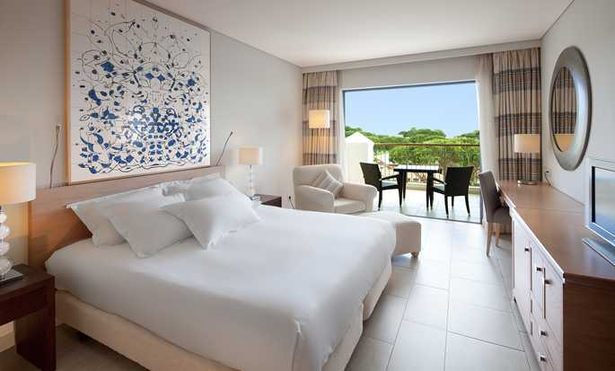 Hilton Vilamoura As Cascatas Golf Resort & Spa, Portugal - Quarto King Deluxe com vista para a piscina