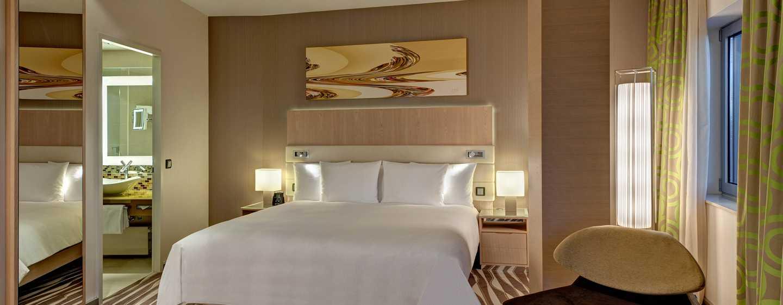 Hilton Frankfurt Airport Hotel, Deutschland– Executive Eck-Suite mit Kingsize-Bett und Blick auf die Skyline