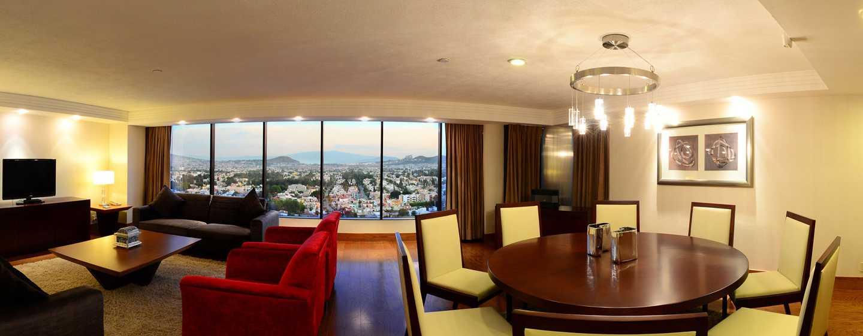 Hilton Guadalajara, México - Sala de estar de la suite Presidential
